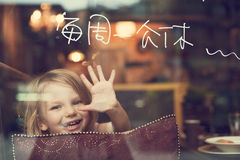 Glückliches Mädchen in der Gaststätte Stockfotografie