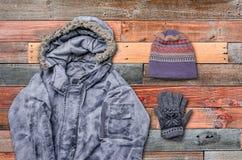 Glückliches Mädchen in der warmen Winterkleidung Stockfotografie