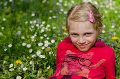 Glückliches Mädchen in der Wiese Stockfotografie