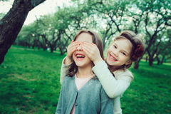 Glückliches Mädchen des Kind zwei, das zusammen im Sommer, Tätigkeiten im Freien spielt lizenzfreie stockfotografie