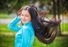 Glückliches Mädchen des Porträts im Freien Stockfotos