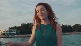 Glückliches Mädchen des roten Haares im Motorboot Genießen Sie Sommerabend tanz Lächeln stock video