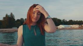 Glückliches Mädchen des roten Haares im Motorboot Genießen Sie Sommerabend unterhaltung Lächeln stock footage