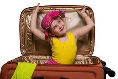 glückliches Mädchen in einem Koffer Stockbilder