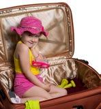 glückliches Mädchen in einem Koffer lizenzfreies stockbild