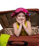 glückliches Mädchen in einem Koffer lizenzfreie stockbilder