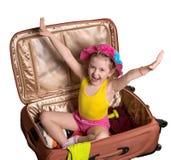 glückliches Mädchen in einem Koffer lizenzfreie stockfotos