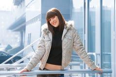 Glückliches Mädchen in einer großen Stadt Lizenzfreies Stockfoto