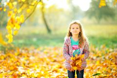 Glückliches Mädchen geht in einen schönen Abendpark Stockfotos