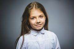 Glückliches Mädchen Hübsches Kinderlächeln des Nahaufnahme-Porträts lokalisiert auf Grau lizenzfreie stockbilder