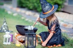 Glückliches Mädchen in Halloween-Kostüm mit Steckfassungskürbis Trick oder Festlichkeit stockfotos