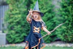 Glückliches Mädchen in Halloween-Kostüm mit Steckfassungskürbis Trick oder Festlichkeit stockfoto