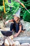 Glückliches Mädchen in Halloween-Kostüm mit Steckfassungskürbis Trick oder Festlichkeit stockbilder