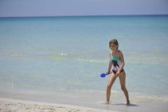 Glückliches Mädchen hat Spaß im Meer Lizenzfreies Stockfoto