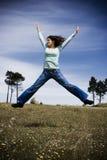 Glückliches Mädchen im Feld niedrigen sa lizenzfreie stockfotografie