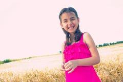 Glückliches Mädchen im Getreidefeld stockfoto