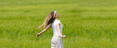 Glückliches Mädchen im grünen Gras Stockfoto