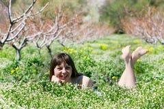 Glückliches Mädchen im Gras stockfoto