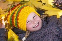 Glückliches Mädchen im Herbst Blätter Lizenzfreies Stockbild