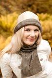 Glückliches Mädchen im Herbstpark Stockfotos