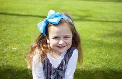 Glückliches Mädchen im Park stockfotos