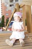 Glückliches Mädchen im Spielplatz Stockbild