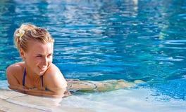 Glückliches Mädchen im Swimmingpool Stockfotografie