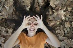 Glückliches Mädchen im Wald Stockfoto