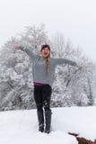 Glückliches Mädchen im Winter-Schneesturm Stockfotos