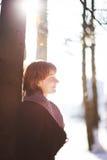 Glückliches Mädchen im Winterwald Stockfotografie