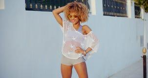 Glückliches Mädchen mit Afro-Haarschnitt und Sonnenbrille stock video