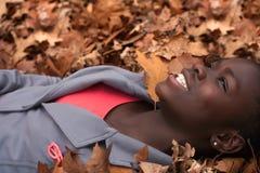 Glückliches Mädchen mit Blättern Stockfoto