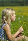Glückliches Mädchen mit Blume Stockfoto
