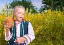 Glückliches Mädchen mit Brot in seinen Händen Stockfoto