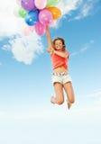 Glückliches Mädchen mit bunten Ballonen Stockfoto