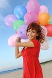Glückliches Mädchen mit bunten Ballonen Lizenzfreies Stockbild