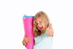 Glückliches Mädchen mit dem Daumen oben am ersten Tag in der Schule zujubelnd Stockbilder