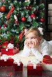 Glückliches Mädchen mit dem Giftslying nahe Weihnachtsbaum Stockbild