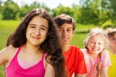 Glückliches Mädchen mit dem langen Haar und ihren Freunden Lizenzfreie Stockfotografie