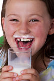 Glückliches Mädchen mit dem Milchschnurrbart Stockfotografie