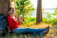 Glückliches Mädchen mit dem Tablettenstillstehen Lizenzfreie Stockfotos