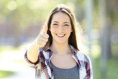 Glückliches Mädchen mit den Daumen, die oben Sie betrachten Lizenzfreie Stockbilder