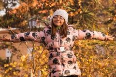 Glückliches Mädchen mit den offenen Armen Lizenzfreie Stockfotografie