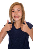 Glückliches Mädchen mit der Kopfbedeckung, die zwei Daumen aufgibt Lizenzfreie Stockfotos