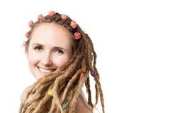 Glückliches Mädchen mit Dreadlocks Lizenzfreies Stockfoto