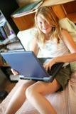 Glückliches Mädchen mit einem Laptop Lizenzfreie Stockfotos