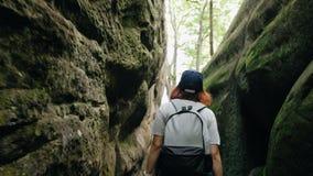Glückliches Mädchen mit einem Rucksack gehend durch die grünen Berge und Spaß habend stock footage