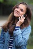 Glückliches Mädchen mit einem Telefon Lizenzfreie Stockbilder