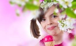 Glückliches Mädchen mit Eiscreme lizenzfreies stockfoto