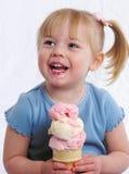 Glückliches Mädchen mit Eiscreme Stockfotografie